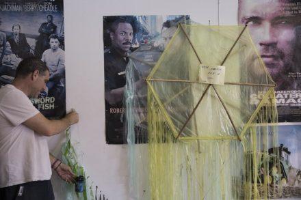 בר חפץ ועפיפון התבערה שתלוי במשרד שלו בקיבוץ נירים (אורן זיו / אקטיבסטילס)