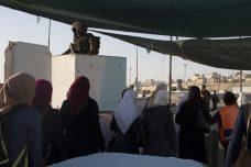 """כרזת """"חג שמח"""" וחיילים עם כרטיסי ברכה: רמדאן במחסום קלנדיה"""