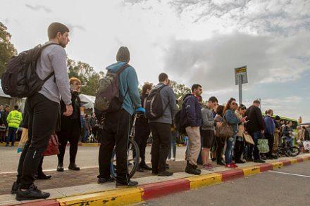 מחכים לאוטובוס בתל אביב. מחקרים מראים שתחבורה ציבורית חינם מצמצמת פערים (צילום: פלש90)