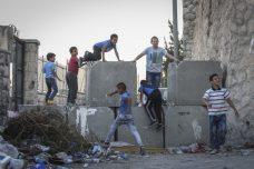 ילדים פלסטינים על מחסום בכניסה לראס אל-עמוד בירושלים (צילום: הדס פרוש/פלאש90)