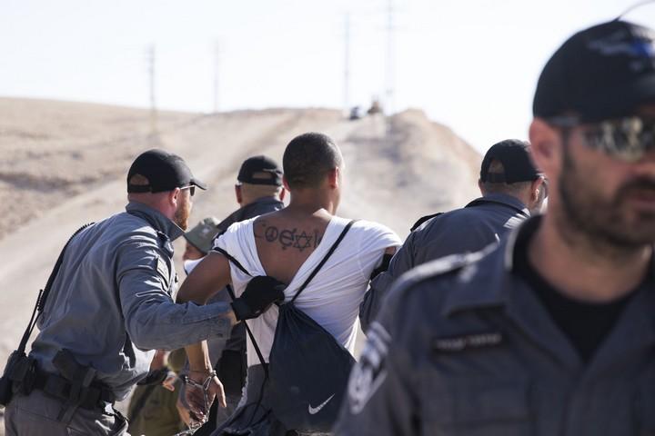 שוטרים עוצרים פעיל בח'אן אל אחמר, 5.7.18. המחאות ימשיכו בסוף השבוע (צילום: אורן זיו/אקטיבסטילס)