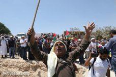 תפילה המונית וחגיגות בח'אן אל אחמר בעקבות הקפאת הריסת הכפר