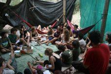 סדנה במחנה הקיץ האלטרנטיבי לנוער 2011 (התמונה באדיבות העמוד מחנה קיץ אלטרנטיבי)