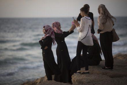 נשים מוסלמיות צעירות בחוף הים (הדס פרוש / פלאש 90)