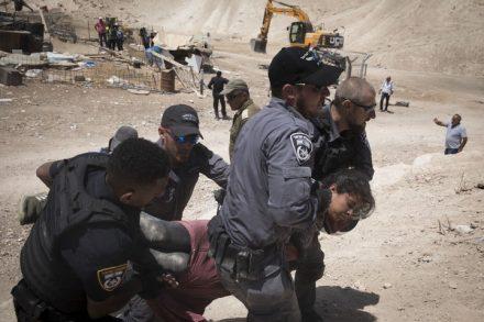 סארה אבו דאהוק נגררת על ידי השוטרים בח'אן אל-אחמר. העובדה שהשוטרים הסירו את כיסוי הראש שלה עוררה זעם רב (צילום: אורן זיו/אקטיבסטילס)