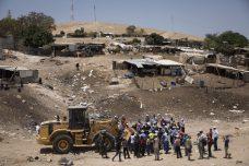 תושבי הכפר ח'אן אל אחמר מנסים לעצור את הדחפורים שמבקשים להרוס את הכפר (צילום: אורן זיו/אקטיבסטילס)