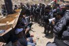 תושבי הכפר ופעילים פלסטינים, בינלאומיים וישראלים חוסמים בולדוזר בזמן עבודות הכנה להריסת ח'אן אל אחמר (אורן זיו/אקטיבסטילס)