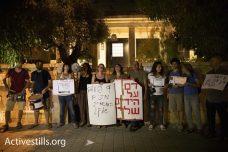 """מפגינים מול ביתו של איתמר דויטשר, מנכ""""ל חברת הבנייה אלקטרה (אורן זיו / אקטיבסטילס)"""