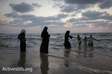 פלסטינים מבלים בחג הקורבן בחוף בתל אביב. לא רצו לצאת מהמים (צילום: אורן זיו/ אקטיבסטילס)