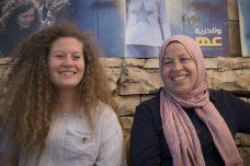 נרימאן תמימי ובתה עהד בביתן לאחר שחרורן מהכלא. (אורן זיו / אקטיבסטילס)