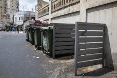 ליד בית המשפט הצבאי ביפו. גם כשיש מקום, אין פחי מיחזור (צילום: אורן זיו / אקטיבסטילס)