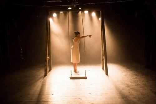 """השחקנית רחיק חאג׳ יחיא בהצגה """"סיפור שטרם נולד"""" שתעלה בפסטיבל (באדיבות תיאטרון א-סראיה)"""