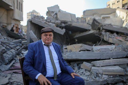 מנהל מרכז אל-מסחאל עלי אבו יאסין על רקע ההריסות. שימש בית לאמנים בעזה (צילום: מוחמד חג'אר)