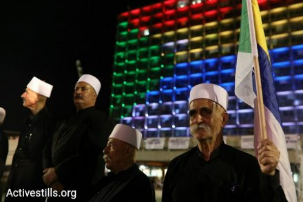עיריית תל אביב מוארת בצבעי הדגל הדרוזי בהפגנה נגד חוק הלאום (אורן זיו / אקטיבסטילס)