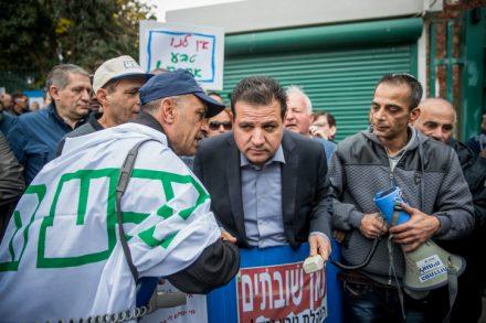 """ח""""כ איימן עודה במשמרת מחאה נגד סגירת מפעלים של טבע (צילום: יונתן סינדל / פלאש 90)"""