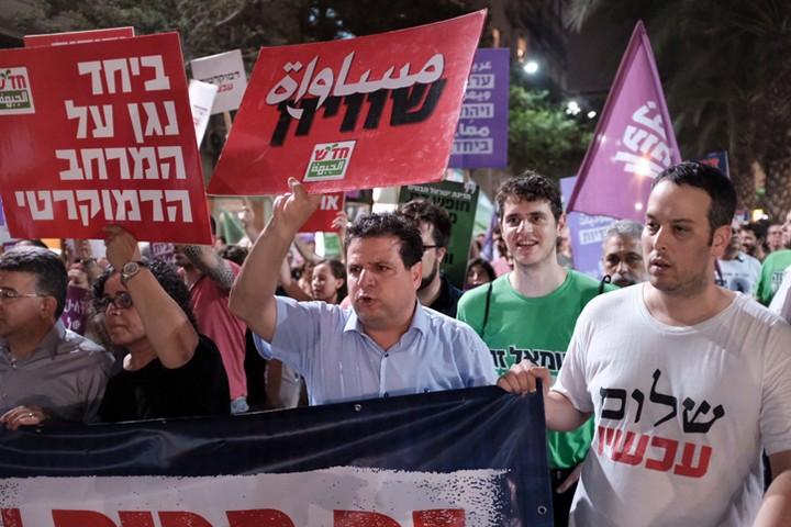 הצעה להקמת מחנה יהודי-ערבי דמוקרטי ככוח פוליטי חוץ פרלמנטרי. איימן עודה בהפגנה נגד חוק הלאום. יש צורך בתנועה עממית רחבה של מאות אלפי יהודים וערבים (צילום: תומר נויברג / פלאש 90)