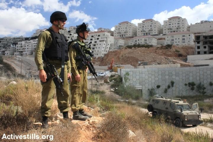 """""""החיילים היו בעינינו גיבורים"""". על רקע התנחלות בגדה. (צילום: אחמד אל-בז / אקטיבסטילס)"""