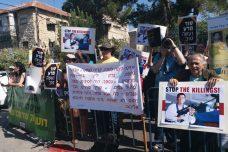 מפגינים מול פגישת ריבלין-דוטרטה: לא לסחר בנשק עם רוצח אזרחים