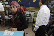 מצביעה בבחירות המקומיות בכפר קאסם. לפני אוסלו, המפלגות היו חזקות בשלטון המקומי הערבי (צילום: פלאש 90)