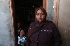 """שירין בפתח הצריף בו מצאה מקלט עם ילדיה (צילום: מוחמד מנסור. באדיבות """"אנחנו לא מספרים"""")"""