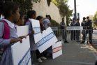 ילדי בית הספר בח'אן אל אחמר מפגינים מול בית הנשיא. בכפר ראו את מרקל כמושיעה (צילום: אורן זיו / אקטיבסטילס)