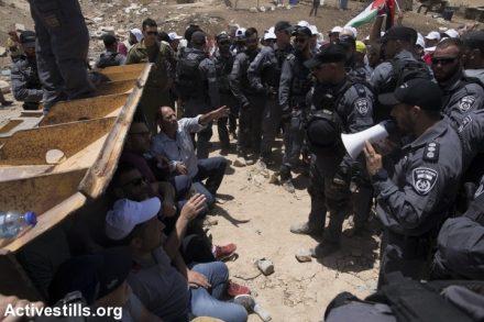 פעילים מול הדחפורים בח'אן אל אחמר. המאבק הדיפלומטי לא היה מצליח בלי המאבק בשטח (צילום: אורן זיו / אקטיבסטילס)