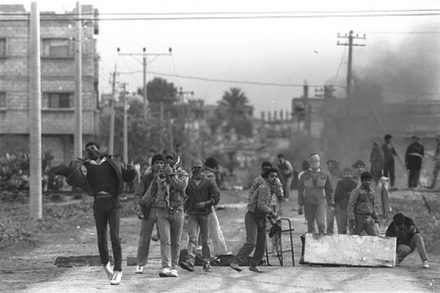 מפגינים פלסטינים ברצועת עזה באינתיפאדה הראשונה. אנחנו, החיילים, היינו בעדם (צילום: נתי הרניק, אוסף התמונות הלאומי)