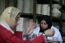 פועלות פלסטיניות במפעל בחברון. המטרה: להקים מפעל נעליים חדש (צילום: נתי שוחט / פלאש 90)