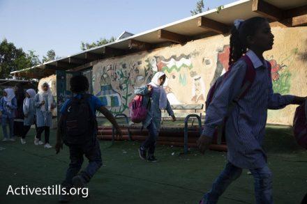 ילדים מגיעים ללימודים בבית הספר בח'אן אחמר הבוקר. מחר בית הספר עשוי להיהרס (צילום: אורן זיו / אקטיבסטילס)