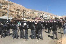 שוטרים יוצרים חיץ בין המוחים לבין הקלפיות. מחאת תושבי מג'דל שמס נגד הבחירות המקומיות הראשונות בגולן הכבוש (רמי יונס)