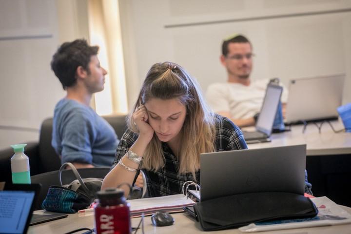 סטודנטים באוניברסיטה העברית. החלוקה בין האוניברסיטאות למכללות היא מלאכותית (צילום: מרים אלסטר / פלאש 90)