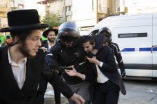 צפו: שוטר תופס באלימות במפשעה של מפגין חרדי