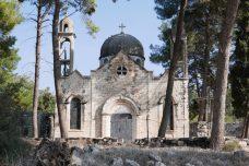 מדי יום עצמאות, אנשי מעלול עולים לכפר. אחת משתי הכנסיות ששרדו (צילום: נטשה דודינסקי)