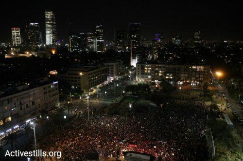 אחרי יום של מחאות: עשרות אלפי מפגינות בכיכר רבין