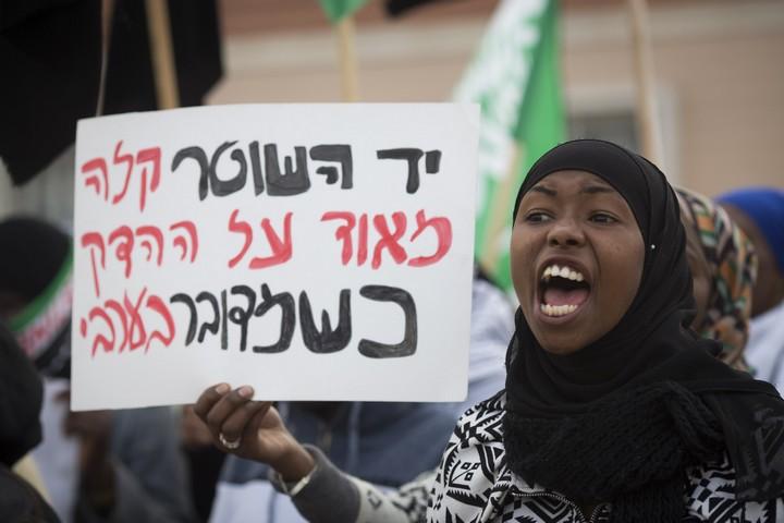 מסע הלוויתו של סאמי זיאדנה ברהט. זיאדנה מת לאחר ששאף גז מדמיע במהלך מסע הלוויתו של תושב רהט סאמי אבו ג'עאר שנורה למוות על ידי שוטר (אקטיבסטילס)