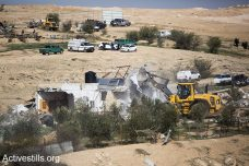דחפורים הורסים בתים באום אל חיראן (קרן מנור/אקטיבסטילס)