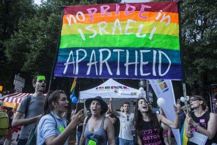 """עד שישראל לא תיתן שוויון, אין לה זכות לדבר. הפגנה נגד השימוש שעושה ישראל ביחס ללהט""""בים בברלין, 2018 (צילום: אן פק / אקטיבסטילס)"""