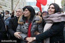 חברת הפרלמנט הפלסטיני חאלדה ג'ראר, מלווה בביתה ובעלה, משתחררת אחרי 20 חודשי מעצר מנהלי. 28 בפברואר 2019. (אורן זיו / אקטיבסטילס)
