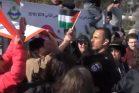 שוטר חוטף דגל ממפגין במהלך הפגנה בשייח ג'ראח בירושלים המזרחית, נגד פינוי משפחות מבתיהן. 8 בפברואר 2019. (צילום מסך מתוך יוטיוב)