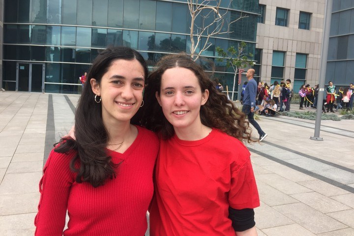 בישראל נפתח שיח על אקלים בין ישראלים ופלסטינים. ענבל ווסלי עם למא גנאיים - מנהיגות שביתת התלמידים לעצירת שינויי האקלים, במצעד האקלים בתל אביב (חגי מטר)
