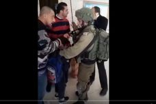 """חיילים פרצו לבי""""ס בחברון ועצרו ילד בן 10: """"לא משנה הגיל"""""""