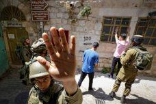 ישראל היא הדמוקרטיה היחידה שבה ידיעות חדשותיות נשלחות לצנזורה ממשלתית לפני פרסומן. חיילים בחברון (צילום: ויסאם השלמון / פלאש 90)