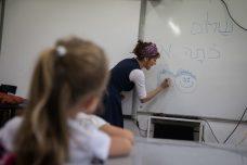 מחקרים מראים שככל שהמורים מקדישים יותר זמן להכנת מערכי שיעור, רמתם עולה. בישראל המצב הפוך. למצולמת אין קשר לכתבה (צילום: הדס פרוש / פלאש 90)