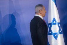 לראשונה בתולדות מדינת ישראל מכהן ראש ממשלה שנאשם בעבירות פליליות. נתניהו אתמול אחרי ההודעה על כתב אישום נגדו בכפוף לשימוע (צילום: יונתן סינדל / פלאש 90)