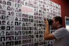 אחרי 43 שנה, קרבנות הדיקטטורה הצבאית בארגנטינה עדיין מבקשים צדק. לוח עם תמונות של חלק מהקורבנות (צילום: Giselle Bordoy WMAR, CC BY-SA 4.0)