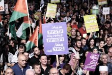 פלסטינים ישראלים, כמעט בעל כורחם, הפכו לחזית הפרוגרסיבית ביותר של החברה הישראלית, בשל התעקשותם על הגדרה אזרחית של החברה הישראלית. הפגנה נגד חוק הלאום בתל אביב, אוגוסט 2018 (תומר ניוברג / פלאש 90)