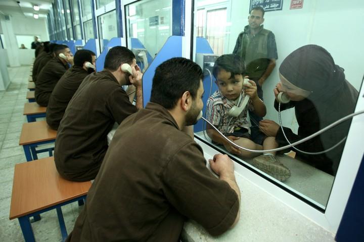 חדר ביקורים בכלא עופר (צילום: משה שי / פלאש 90)