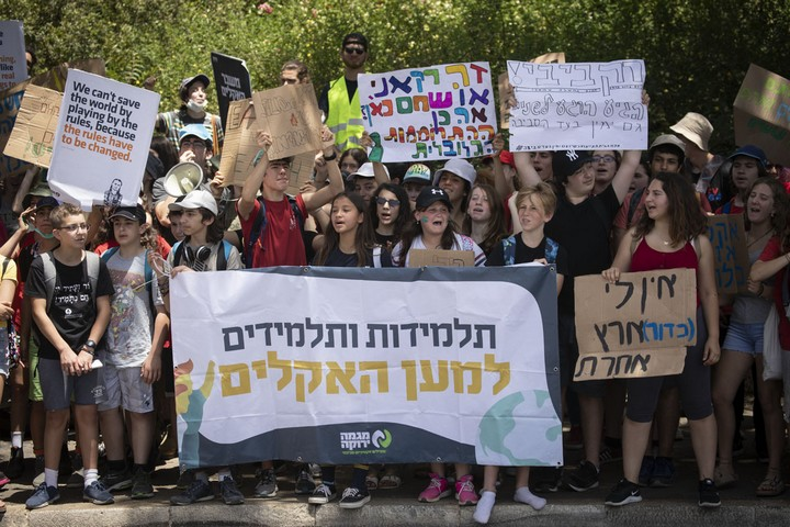 גרטה, הצעירה השבדית שהחלה את מחאת האקלים, הפכה מודל לחיקוי גם לצעירים בישראל. ההפגנה היול מול הכנסת (צילום: אורן זיו / אקטיבסטילס)