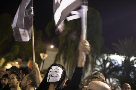 דגלי ישראל בשחור-לבן ומסכות. המפגינים דרשו להשבית את המדינה (אורן זיו)