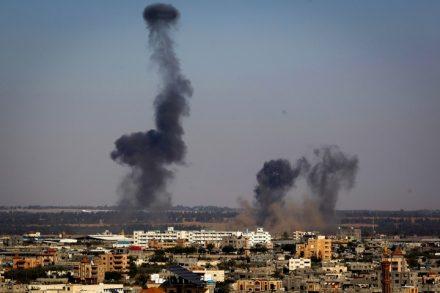 הסלמה בדרום. עשן מיתמר לאחר הפצצה של חיל האוויר ברפיח, רצועת עזה. 4 במאי 2019 (עבד רחים חטיב / פלאש 90)